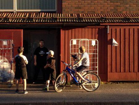 Poikia Mikkolan ostarilla Vantaa