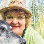 Vaula Norrena ja koira kesäterässä 2019